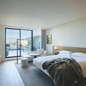 快適なテラス付きの客室。「スタジオテラス」は、42㎡~の客室に家具付きのテラスが付いた快適な広さ。肌触りのいいバスローブや浴衣も気分を上げてくれる。