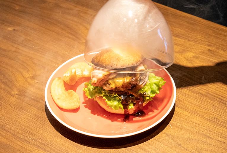 「TASTY スモークチーズバーガー」1,700円。
