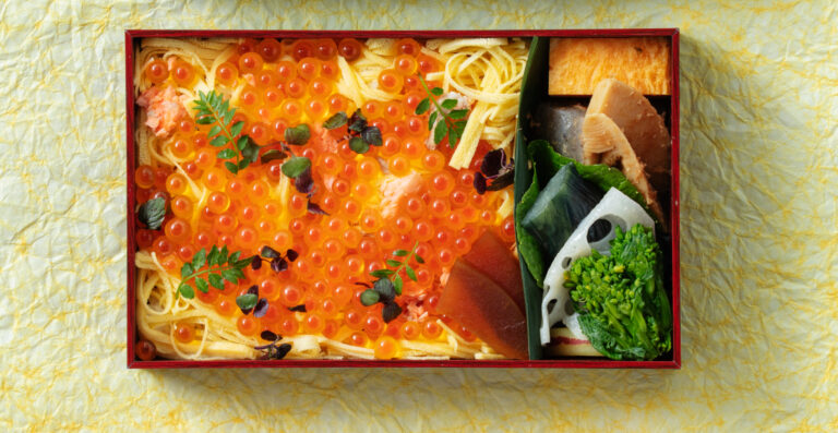 鮭とイクラの親子ちらし2,500円。自家製のイクラの醤油漬けと錦糸玉子のコンビネーションを堪能。