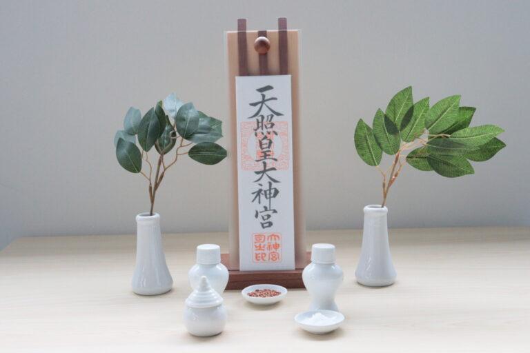 モダン神棚には敢えてかっちりとした神具を組み合わせてみても。「Fudamori」11,000円、「神具セット小」1,320円、「榊造花 ミニ(一対)」440円/すべて静岡木工(0548-32-4138)
