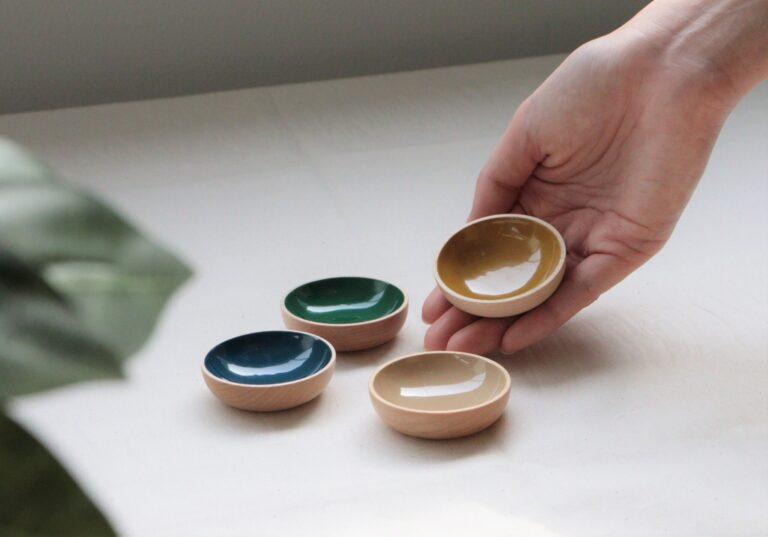 漆の優しい色合いにほっこり。「皿」各6,600円/静岡木工(0548-32-4138)