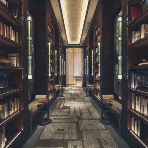 【LIBRARY】ゆったり読書にふける時間。レストランとバーのアプローチにあるライブ ラリー。世界各国の料理やお酒にまつわる本 が並び、ベンチに座って自由に閲覧できる。