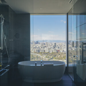 【BATHROOM】絶景風呂で心身をリフレッシュ。ガラス窓一面に広がる東京の絶景が、開放感抜群なビューバス。周りに高い建物がないから、リラックスしてバスタイムを楽しめる。