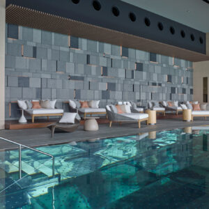 【POOL】夜景を見渡せる天空のプール。最上階の39階にある〈ザ スパ〉には、屋内温水プールとバイタリティプールを完備。夜はここから美しい夜景を望める。