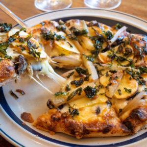 雁喰豆の納豆ピザ1,200円。味噌ソースにヤーコンと地元産素材を使用。