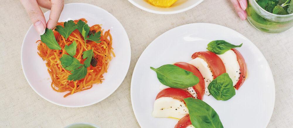 カプレーゼにバジル、フルーツポンチにミント、キャロットラペにはイタリアンパセリを。