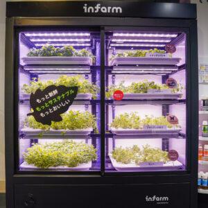 ファーミングユニットはクラウドを介して遠隔的に管理。野菜・ハーブの種類や環境によって水の量や明るさを調整している。