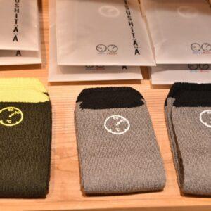 サウナの温度計が刺繍された靴下。