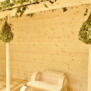 白木のベンチ周辺には、「ヴィヒタ」が飾られている。