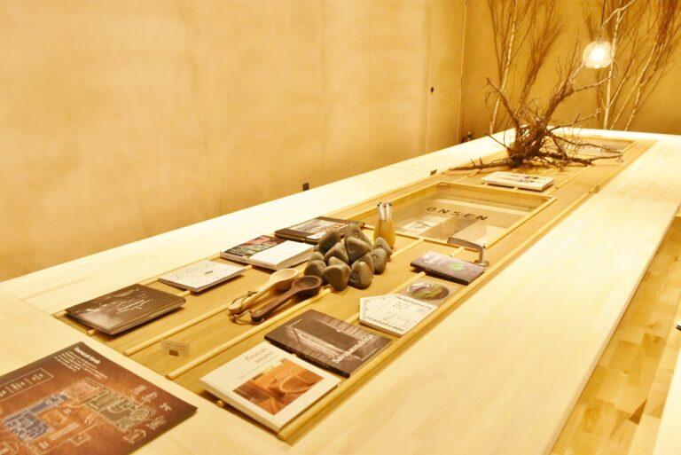 サウナストーンやサウナにまつわるビジュアルブックなどが置かれたテーブル。