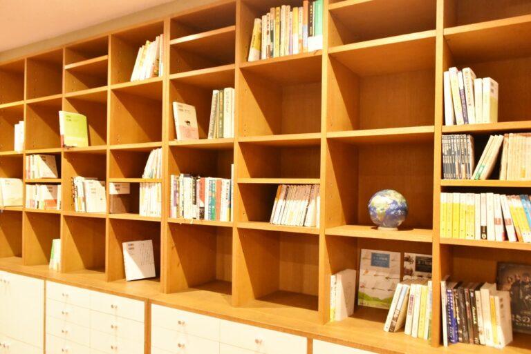 故 和田誠氏から寄贈された本棚がピッタリとハマったそう。