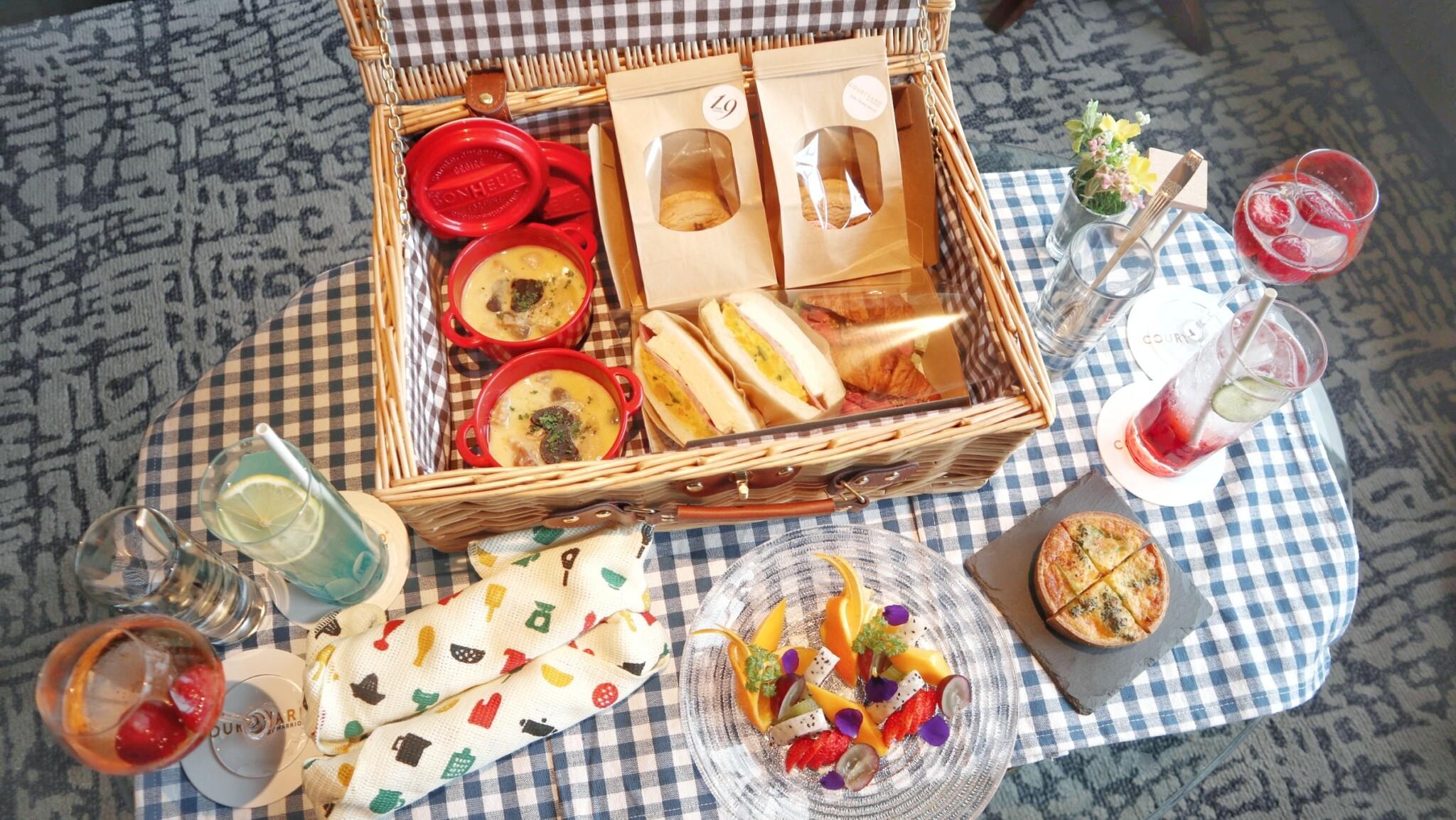 ホテルのバーでピクニック!?〈コートヤード・バイ・マリオット 新大阪ステーション〉でピクニック風アフタヌーンティーが新登場。