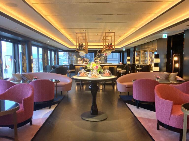 最上階のレセプション。インテリアデザインは〈フォーシーズンズホテル東京大手町〉など国内外のラグジュアリーホテルやレストランを多数手がける〈DESIGN STUDIO SPIN〉が担当。