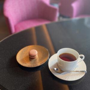 チェックイン時はフォションの紅茶とパリ直送のマカロンを。この日のお茶は人気のアップルティーでした。