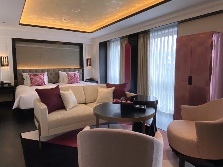 45㎡のデラックスルーム。全客室にパリ店と同じくシャンパンピンクに輝くグルメバー(写真右)が鎮座。