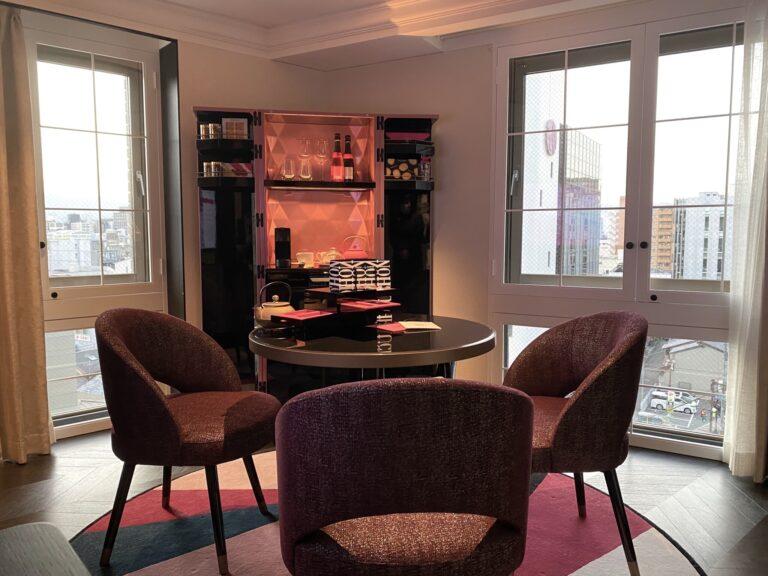 こちらはスイートルーム(56㎡)のリビングルーム。ピカピカにピアノ塗装された「グルメバー」が神々しいです。