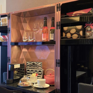 「グルメバー」のスイーツはトリュフチョコレートやクッキー、サブレ、ブリオッシュ、塩キャラメルなど。オリジナルのシャンパン(有料)もあるのでシャンパン&スイーツなんて楽しみ方も。(※アルコールや冷蔵庫内ドリンクなどは一部有料です)