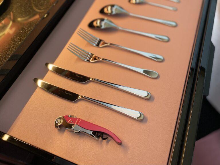 グルメバーに収納されたカトラリーはレストランと同じく英国のメーカー〈Robert Welch(ロバート・ウェルチ)〉のシリーズ。ワインオープナーももちろんピンク!