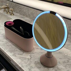 〈ダイソン〉のヘアドライヤーと〈simplehuman〉のセンサーミラーを標準装備。カラーはもちろんピンク!