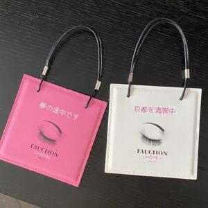 お馴染みのドアプレートもこのウィット。ショップバッグを模した形で、「DO NOT DISTURB」は「夢の途中です」、「お掃除してください」は「京都を満喫中」!
