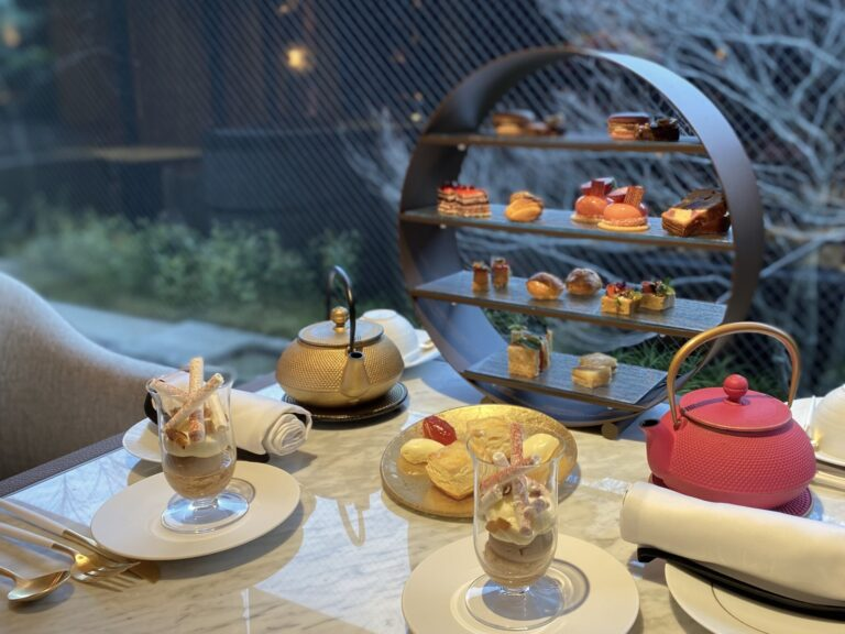 アフタヌーンティーの例(写真は2名分)。お好みの紅茶とご一緒に。11:00〜17:00。5000円(税サ込)。人気のため事前に予約を。