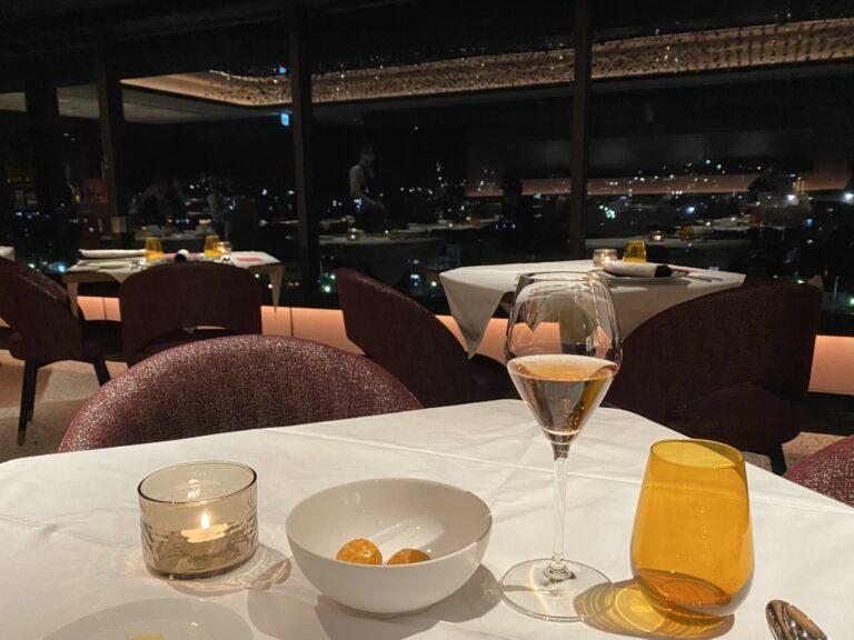 京都の夜景を眺めながら、フォションオリジナルのロゼシャンパンとアミューズでディナーがスタート。