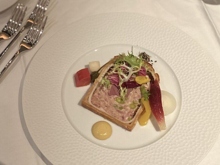 フォションのシグネチャーの一つ、前菜の「鴨 フォアグラ ピスタチオのパテ・アン・クルート」。リッチでいて軽やかな食べ心地のパテ。〈マイユ〉のマスタードをアクセントに。これは白ワインが進む!