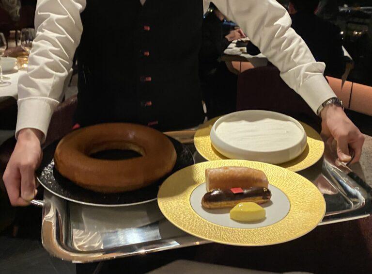 最後はエクレールショコラやミニ「ビズ・ビズ」、ブランマンジェなど、フォション自慢のデザートセレクション。一皿に美しく盛り付けてくださいます。