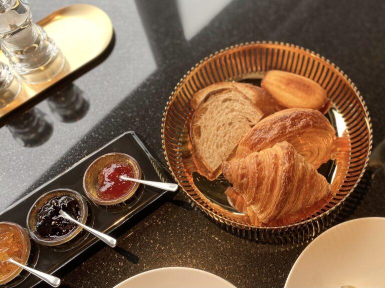 毎朝焼き上げるクロワッサンなどのヴィエノワズリーは、オリジナルジャムとともに。これぞパリの朝。