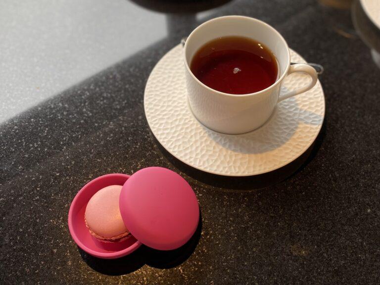 """なんとラブリーな""""おめざ""""。朝食のラストはピンクのケースに入ったマカロン。"""