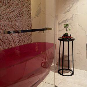 スパルームは全3室。浴室付き個室はバスタブまでもピンク。 メニューは「FAUCHON× KOS PARISシグネチャートリートメント」60分1万7000円(税サ別)など。予約制。