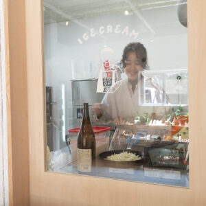 野菜の売り場からアイスを作る調理施設が見えます。