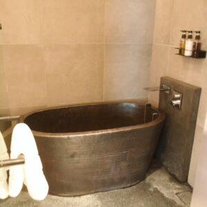 「エグゼクティブスイート」には、いぶし銀の渋さを持つ陶器風呂。