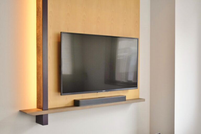 テレビの下にはJBLのスピーカーが設置され、音響は最高。