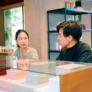 〈PAPIER TIGRE〉日本 ブランドディレクター・中山千明さん。取材当日は鈴木さんも足を運んだ。