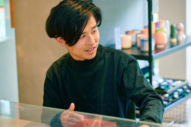 〈株式会社Placy〉代表取締役・鈴木綜真さん。