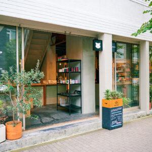 自然光がたっぷり入る、ガラス窓に覆われたお店は、古い建物をリノベーションして完成した。