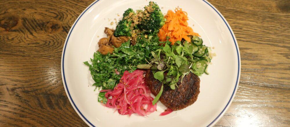 色とりどりの野菜と大豆ミートハンバーグを盛り合わせた、「ゼロミート」のサラダ「ブッダボウル」1,650円。