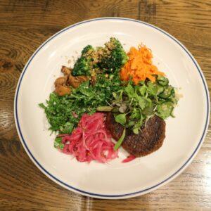 青山〈The Burn〉にお肉不使用の「ゼロミート」ハンバーグ&たっぷり野菜の「ブッダボウル」が登場!
