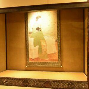 天井には前室に8面、本間に15面、合計23面の襖仕立ての鏡板に荒木十畝による四季の花鳥画が描かれています。
