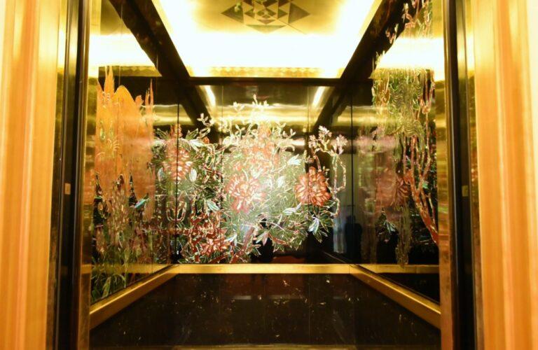 ドアが開いた瞬間、わあっ!と声を上げてしまうほどの絢爛さ。恐らく日本一豪華なエレベーター。