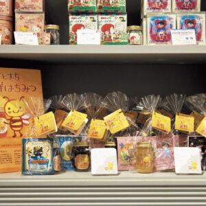 〈カレルチャペック〉では吉祥寺産の蜂蜜と好みのティーバッグをセットで販売。1,680円( 税込)
