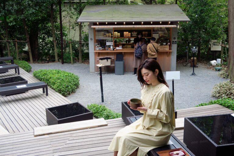本殿の裏手にある〈茶寮 五色の杜〉でのんびり。