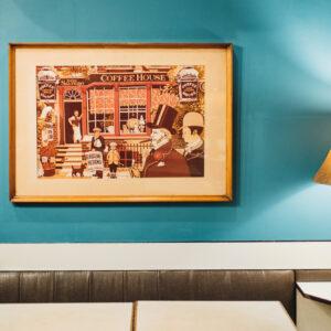 壁に飾られた絵、並べられている小物はオーナーが海外旅行中に集めた記念品。隅々にまで思い出がある。