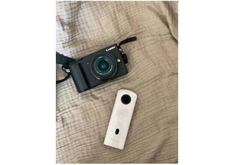 上から〈パナソニック〉のデジタルカメラ「LUMIX」、〈RICOH〉の「RICOH THETA」。
