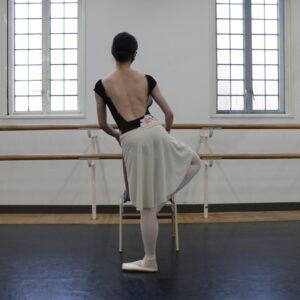 これはNG。足を引き上げるときに、上半身が傾きがちなので注意!背筋はまっすぐ、骨盤は常に平らの状態をキープしましょう。