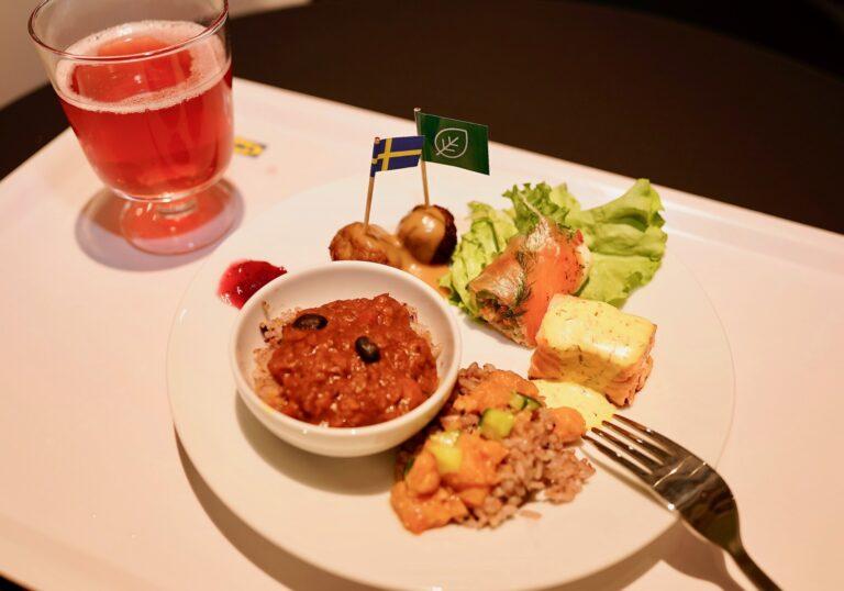 レセプションでの試食中の写真。丸い小皿にのっているのが「プラントベース キーマカレー」。