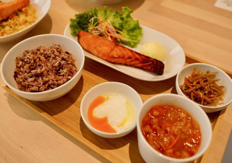 「フィレサーモン定食 ジンジャーソース」1,250円(1日30食限定)は、日本人の心を刺激する定食スタイル。〈IKEA渋谷〉限定。