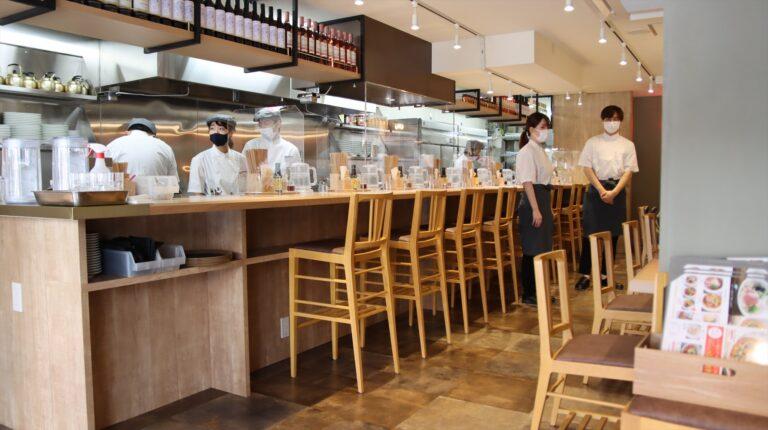 店内は、キッチン前のカウンターと2人掛けのテーブルの全26席。