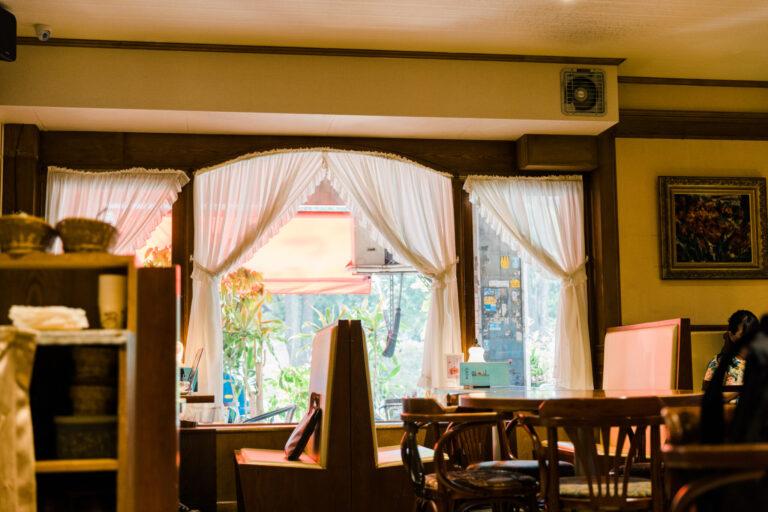木製家具、レトロなレースカーテン、アンティーク調のテーブルライト、すべてが欧風でエレガント。